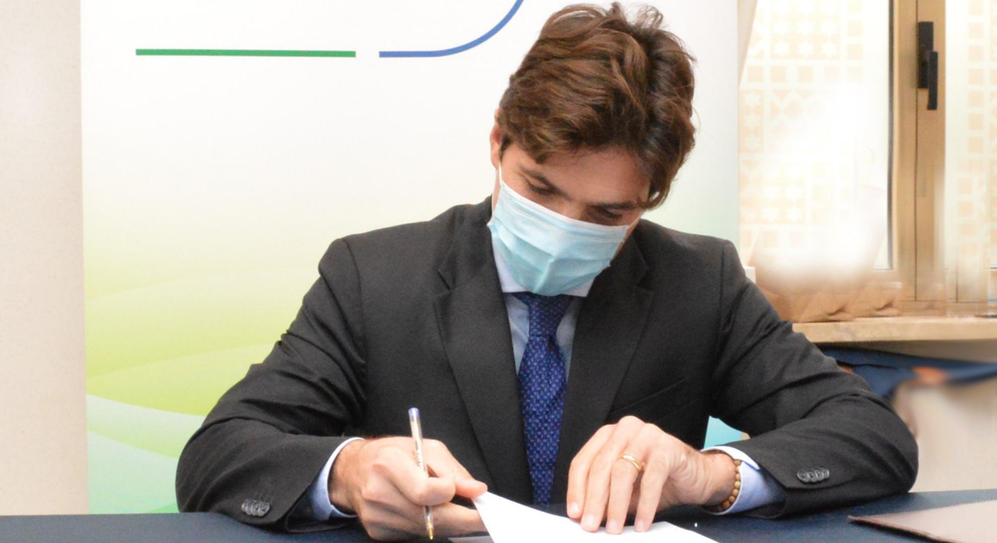 Francesco-Acquaroli-firma-lordinanza-che-obbliga-alluso-della-mascherina-anche-allaperto-3-ottobre-2020